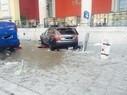 Dieser Audi ist nach einem Unfall in einer Personengruppe vor der Münchner Staatsoper geschleudert