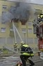 Feuerwehrmänner löschen Brand, © Ein 34-Jähriger setzte vermutlich seine Wohnung aus Verzweiflung in Brand Foto: Feuerwehr München