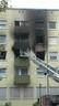 Feuerwehrmänner löschen einen Brand von der Hebebühne aus, © Ein 34-Jähriger setzte vermutlich seine Wohnung aus Verzweiflung in Brand Foto: Red