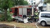Feuerwehrlöschzug vor einem Haus, © Ein 34-Jähriger setzte vermutlich seine Wohnung aus Verzweiflung in Brand Foto: Red