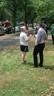 Ein Zeuge spricht mit einem Journalisten, © Der Zeuge (li.) konnte sich aus dem brennenden Gebäude retten. Er rief die Feuerwehr.