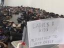 © Ein Schild im Aufnahmelager der Messe zeigt einen Hilferuf der Flüchtlinge