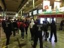 Bundespolizisten geleiten die Flüchtlinge über den Hauptbahnhof
