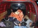 © Flüchtlinge zusammengekauert in einem Schleuser-Kofferraum
