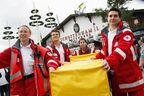 """BRK Wiesn Einsatz Oktoberfest, © Hier wird ein Patient auf der bekannten """"gelben Trage"""" transportiert. Foto: Milan Szypura"""
