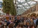 Menschen feiern im Hofbräu-Festzelt