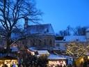 Hof mit beleuchteten Buden im Schloss Blutenburg, © Foto Weihnachtsmarkt Schloss Blutenburg