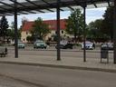 Fahrzeuge der Bundes- und Landespolizei hinter einem Absperrband am Parkplatz des Grafinger Bahnhofs