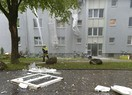 Herumliegendes Fenster nach Brand und Explosion in Berg am Laim, © Foto der Berufsfeuerwehr München