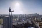 Unterwegs auf Münchens Dächern - Rooftopper und Freeclimber Icarus auf Feuerleiter, © Foto:  Icarus Senpai