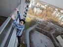 Unterwegs auf Münchens Dächern - Rooftopper und Freeclimber Icarus hängt am Abgrund, © Foto:  Icarus Senpai