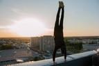 Unterwegs auf Münchens Dächern - Rooftopper und Freeclimber Icarus im Handstand , © Foto:  Icarus Senpai