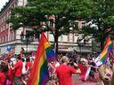 Politparade Christopher Street DAY (CSD) München 2016 - Teilnehmer mit Regenbogenfahnen