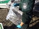 Ein Zollbeamter hält eine Tüte sichergestelltes Marihuana in der Hand , © Foto: Zoll München