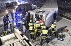 © Die Rettungskräfte bei der Bergung des LKW - Foto: Berufsfeuerwehr München