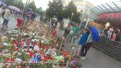 Amoklauf München OEZ Blumen Kerzen Trauer, © Trauernde vor dem OEZ.
