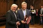 Steinmeier bekommt eine Schäfflerfigur vom Münchner Oberbürgermeister Dieter Reiter geschenkt, © Nagy/Presseamt München