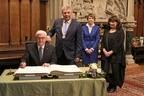 Steinmeier trägt sich ins Goldene Buch der Stadt München ein, © Nagy/Presseamt München